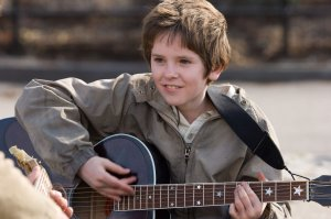 Freddie Highmore plays guitar in August Rush